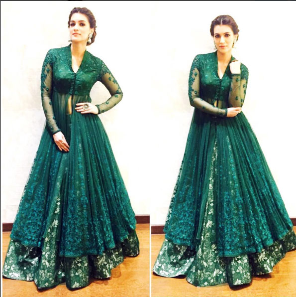 Bollywood style Wedding at the Ambani's | Kriti Sanon strikes a pose | Wearing a green Anju Modi outfit with poise and confidence