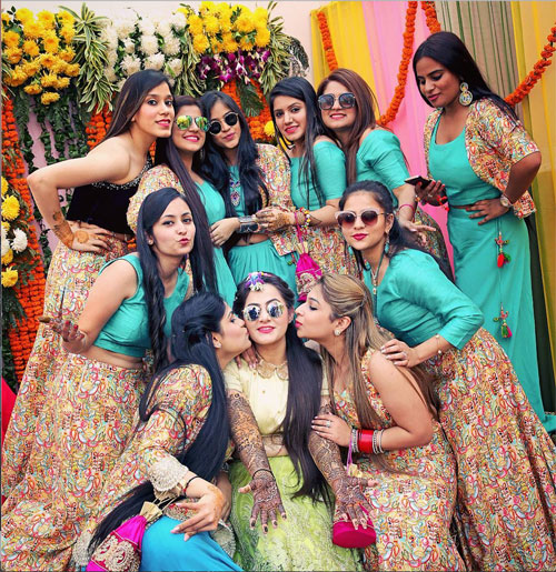 Indian bridesmaids duties | Bride's friends | BFF photos from Indian wedding | Indian bride and her friends in matching outfits at mehndi