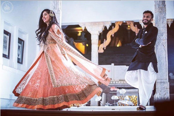 must have wedding pics for your wedding album | the bridal twirl photos | Indian bride in a peach lehengas with a peach and silver net coat