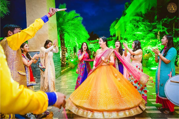 must have wedding pics for your wedding album | the bridal twirl photos | Indian bride in a pretty yellow lehenga in two layers with a pink dupatta