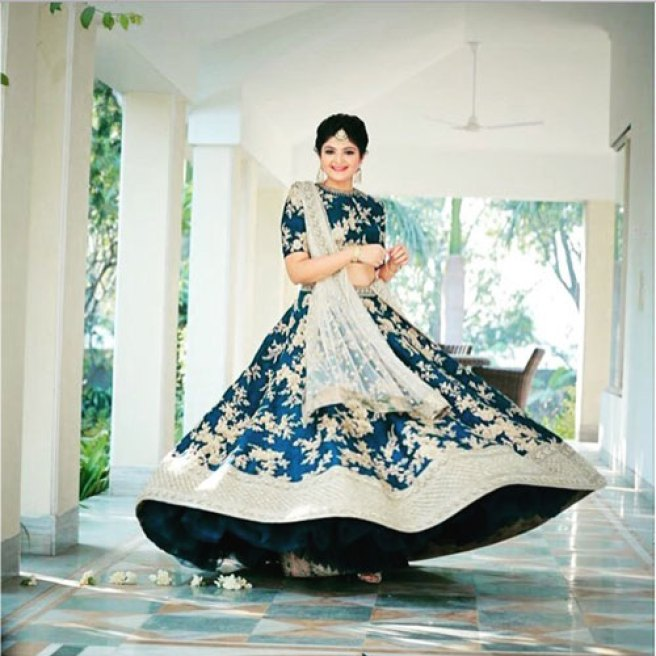 must have wedding pics for your wedding album | the bridal twirl photos | Indian bride in a blue lehenga with a white dupatta and white floral embroidery