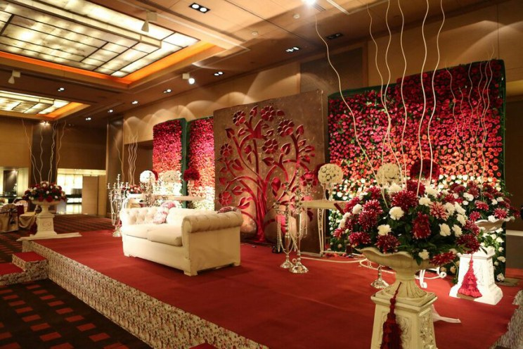 Karan and sangini a fabulously fresh delhi wedding with indian indoor indian wedding decor ideas floral bleed walls vertical garden for weddings vintage junglespirit