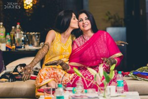 Mother daughter photos you must have together from your wedding | Things you love about your Indian Mother | Miss your mom thoughts | Pretty Indian bride kissing her mother at her mehendi