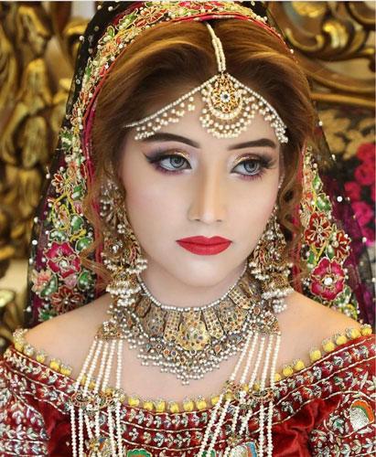 Pretty bride wearing pearl bridal jewellery   Dainty Pearl Mathapatti