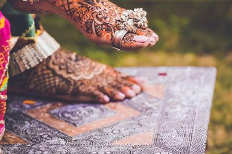 Bride wearing silver anklet on mehendi | Trending Indian anklet ideas - Bridal Payal designs