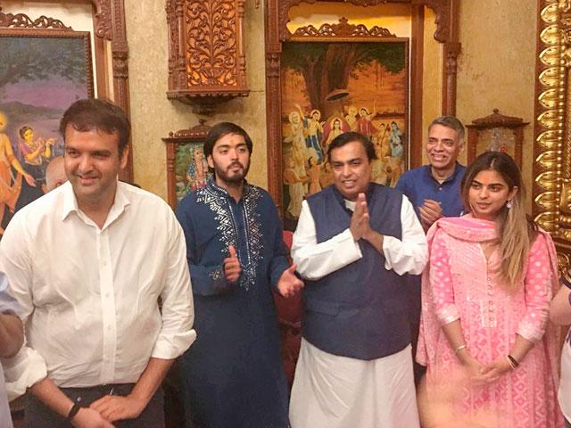 Isha Ambani engagement | Ambani family | Anand Piramal & Isha Ambani at a pooja with Mukesh ambani