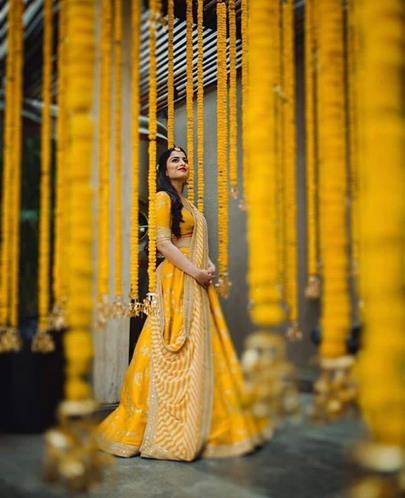 Yellow Sabaysachi lehenga with leheriya dupatta | Simple lehenga | Mehendi outfit ideas | Trending and new mehendi ideas | Sabyasachi mukherjee | marigold flower decor