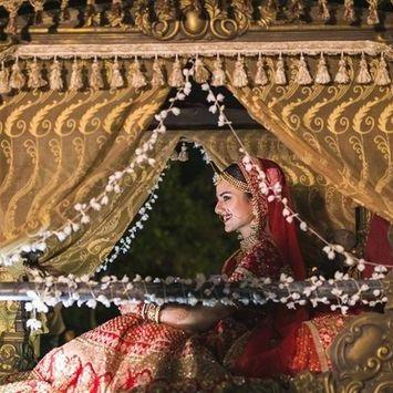 pretty new palki designs | Stunning Indian Bride | Indian Wedding | Doli | palki | Bridal entry | Vidaai | Bidai | trending new wedding trends | 2020 wedding | Palki ideas | Indian Wedding | Vidaai | Bidai | Palki decoration | Trending vidai ideas | Wedding photography | Mogra | Gold doli | Trending