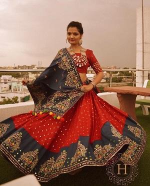 Red and Blue | Grey lehenga | Twirling brides | Chaniya choli color combinations | Bridal inspiration |