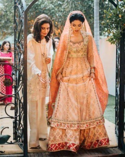 peach lehega | muslim bride | pakistanibride | muslim lehenga | big fat indian wedding | indian bride | red lehenga | Sikh bride wearing lehenga | unique wedding leheng | real wedding outfits | punjabi wedding #punjabiwedding #sikhwedding #punjabicouple #uniquewweddinglehenga #indianwedding #wittyvows #bridallehenga #indianbride #redoutfitsforbrides #weddinglehenga #bridesofwittyvows #wittyvows