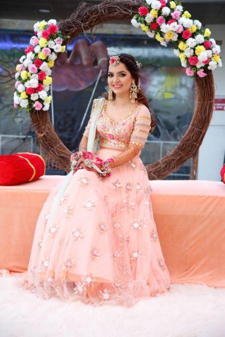 Prettiest Mehendi Outfit & Hairstyle | beautiful bridal seat ideas