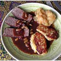 Soorebrode vuum Rind met Äppelkompott un Klöß - Sauerbraten mit Apfelkompott und rheinischen Kartoffelklößen