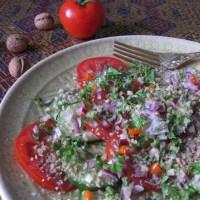 Das Rezept auf Seite 32: Gurken- und Tomatensalat mit Walnüssen