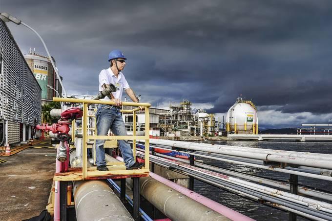 Como fica a Petrobras (e a gasolina) com a crise do petróleo?