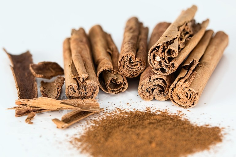 Cinnamon bark and cinnamon powder