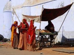Przy malowniczym straganie w Radżastanie (INDIE)