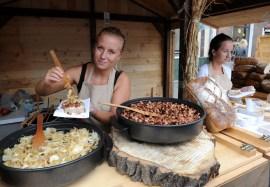 Szukuje się pajda chleba ze smalcem, cebulą i smażoną kiełbaską (pycha!) w Gdańsku (POLSKA)