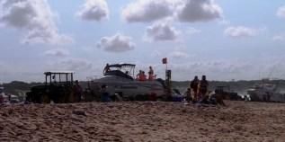 Ściąganie motorówki z oceanu...