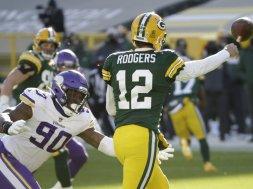 Packers Rodgers throws Vikings Holmes AP