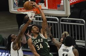 Giannis dunk AP