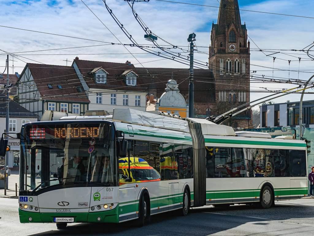 Polska firma Impact Clean Power Technology pracuje nad TrolBaSi. Jest to hybrydowy trolejbus niewymagający rozbudowywania sieci trakcyjnej