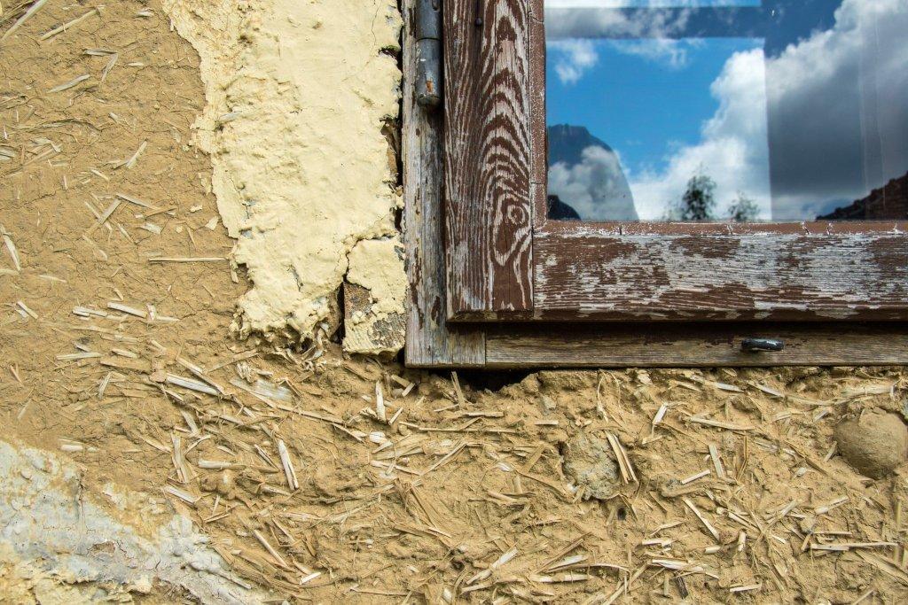 Domy z materiałów naturalnych takich jak drewno, słoma czy glina, cieszą się coraz większą popularnością