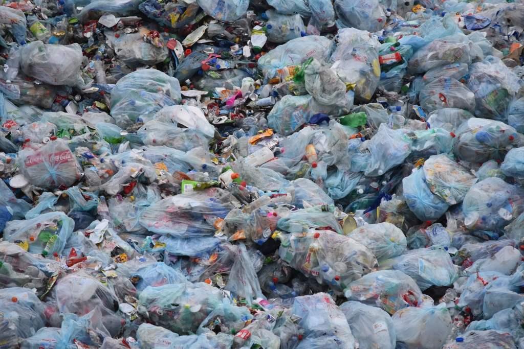 Polski preparat pomoże przyspieszyć o 20% rozkład plastikowych materiałów zalegających na wysypiskach śmieci