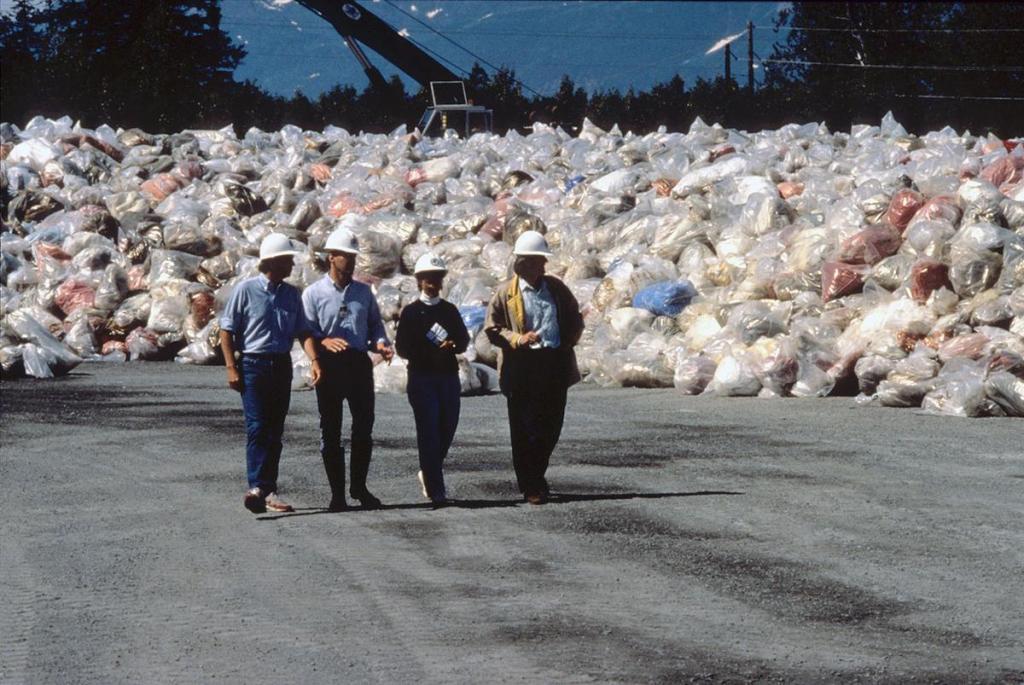 Stosy tłustych odpadów zanieczyszczonych ropą, czekających na spalenie