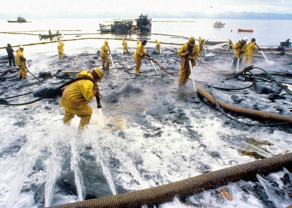 Początkowo do czyszczenia plaż z ropy używano gorącej wody. Po odkryciu że zabija ona żywe organizmy już tylko zimnej