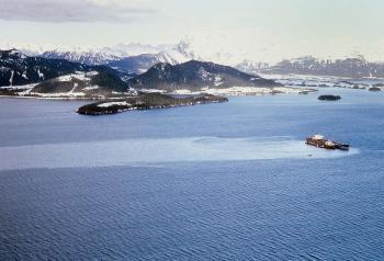 Rozprzestrzeniająca się plama ropy z uszkodzonego tankowca Exxon Valdez
