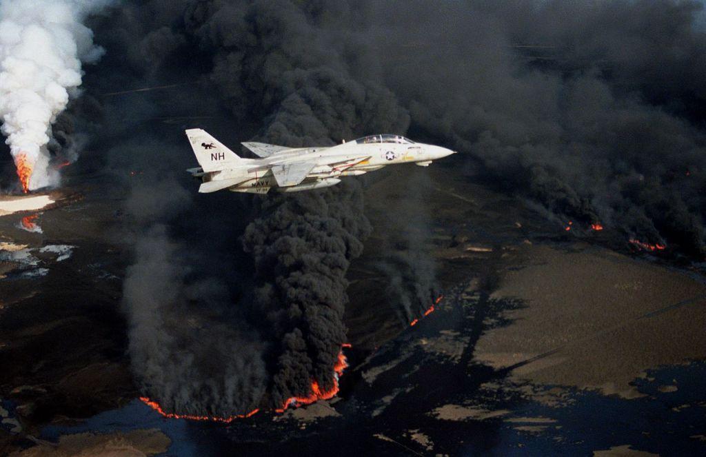 Grumman F-14A marynarki wojennej USA nad podpalonym szybem naftowym / @ Public domain