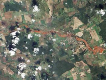 Zanieczyszczenie terenu toksycznym, czerwonym szlamem, po katastrofie na rzece Marcal