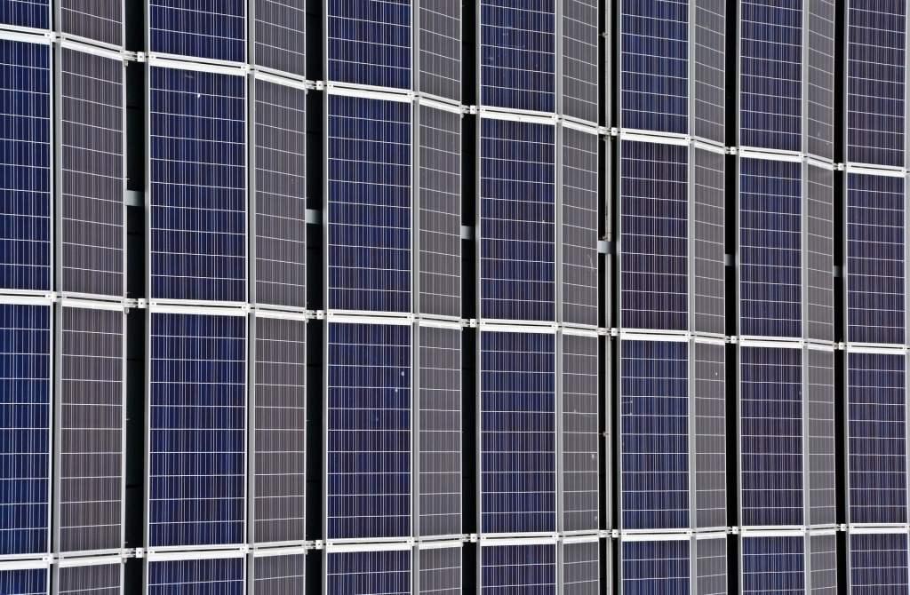Wciąż rosnące ceny prądu skłaniają firmy do inwestowania w odnawialne źródła energii
