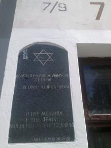 Tablica pamiątkowa na kamienicy