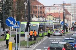 Solarisy Tramino Olsztyn S111O #3007, #3004 i #3002 (numer niewidoczny) mijają się przy przystanku Centrum (19 grudnia 2015)