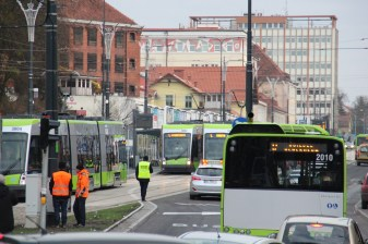 Solarisy Tramino Olsztyn S111O #3007, #3004 i #3002 mijają się przy przystanku Centrum (19 grudnia 2015)