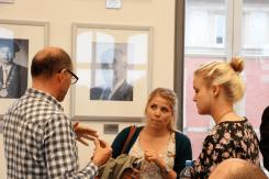 Martin Schneider im Gespräch mit Studierenden (Foto: Tanja Schmith)