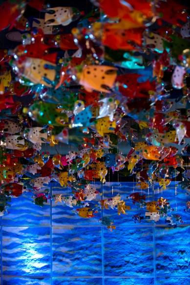 Entrada da exposição com os peixes feitos de garrafas PET