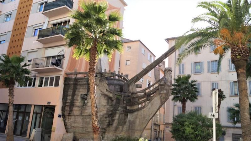 Bateau Sculpture an der Gebäudefassade von Toulon Frankreich