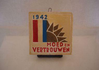 Huisvlijt tegel 1942 uit de tweede wereldoorlog