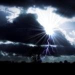 Blitz schlägt fünf Meter neben Haus ein