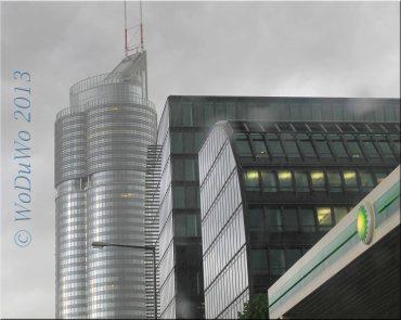 """Der Tower bei Regen hinter dem """"Rivergate"""""""