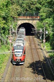 """Die Schnellbahn """"S45"""" fährt unter dem Restaurant im Tunnel..."""