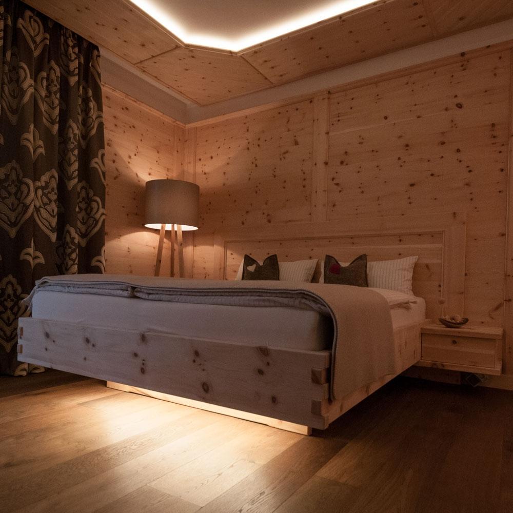 Schlafzimmer Bett Boden Decke  aus Holz  Wohnraum