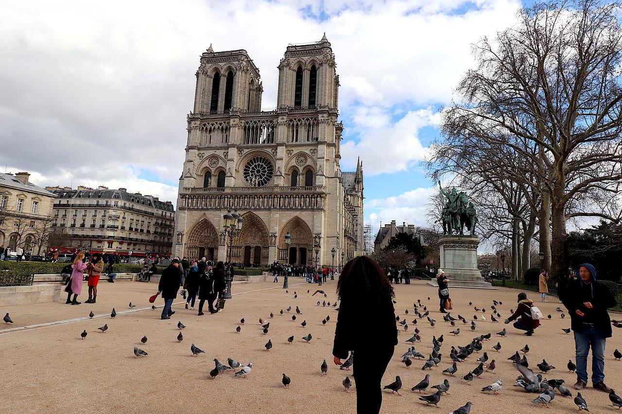 Notre-Dame de París celebra la apertura de su plaza