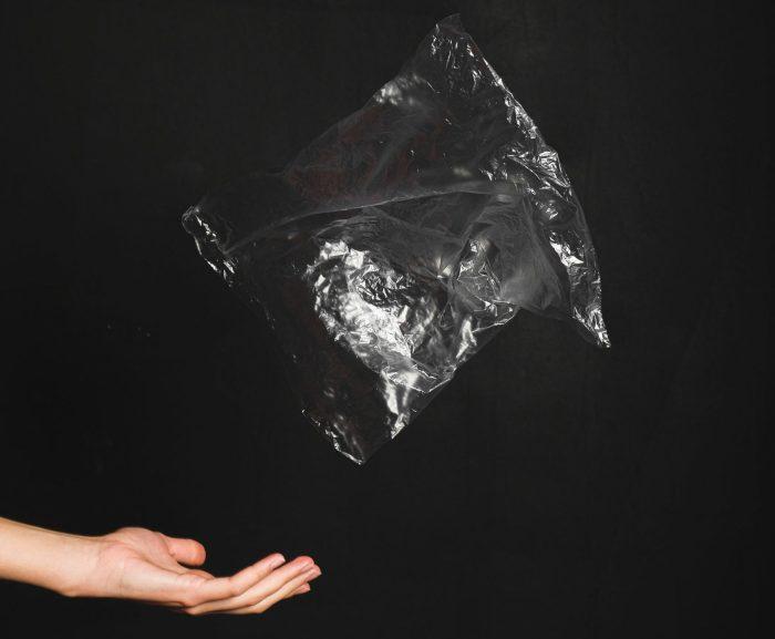Adiós a las bolsas de plástico: cómo sacarlas ya de tu vida