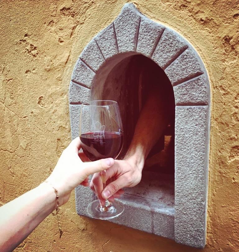 Ventanas de vino: la tradición italiana que regresó con el coronavirus