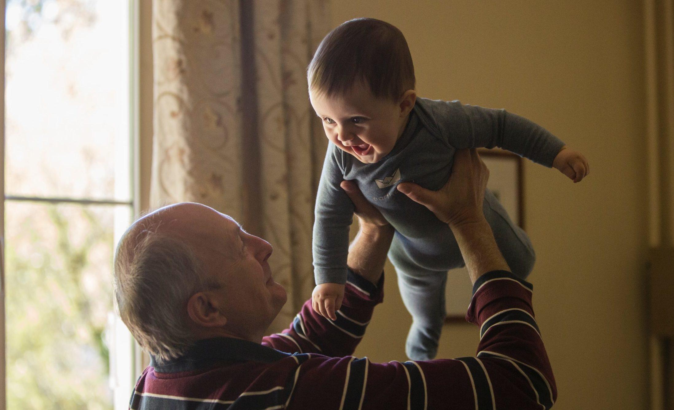 Día de los abuelos: ideas para sorprenderlos aun a la distancia