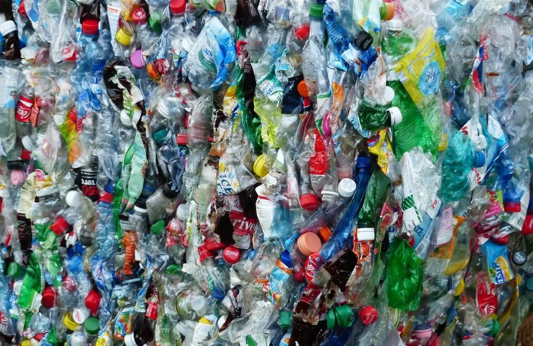 Nueva superenzima destruye las botellas de plástico seis veces más rápido