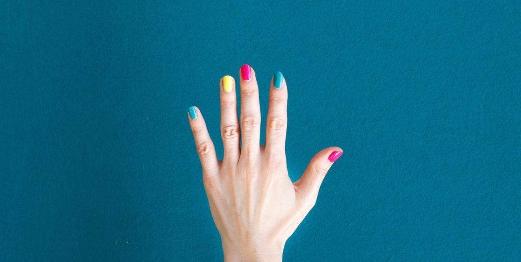 Señales que revelan que tus uñas necesitan un descanso del esmalte y la manicura